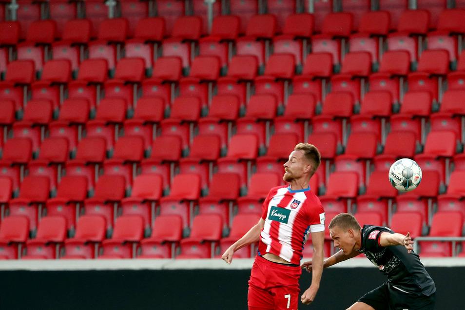 Gähnende Leere auf den Rängen: Die Fußball-Bundesliga muss wieder Geisterspiele austragen.