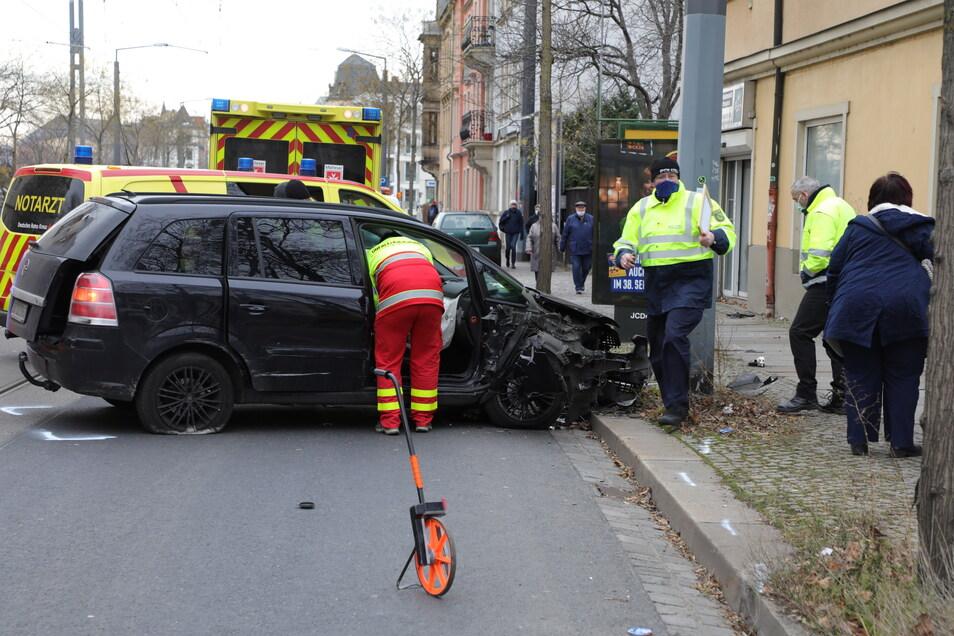 Totalschaden und schwere Verletzungen: Warum der Mann in einen Straßenbahnmast fuhr, ist bisher unklar.