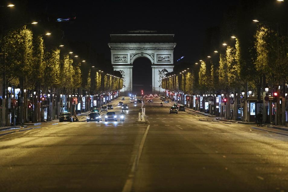 Die Pariser Prachtstraße Champs-Elysees ist während der Ausgangssperre fast leer.