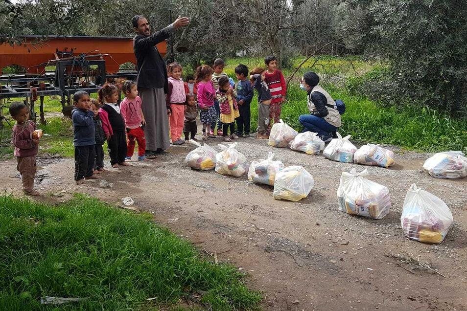 Eine Gruppe Kinder steht vor den Nothilferationen, mit denen ihre Familien mehrere Tage hinkommen müssen.