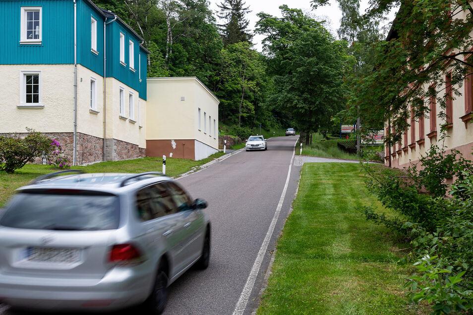 Auf der Löwenhainer Straße in Geising sind viele Autos sehr schnell unterwegs.