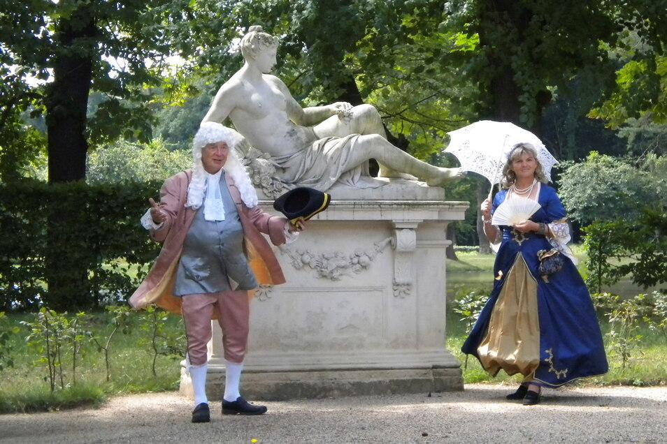 Wenn das keine Freude bereitet: Gemeinsam mit dieser fachkundigen Dame und dem historisch bewanderten Herrn ist es wieder möglich, den Zabeltitzer Barockpark zu entdecken.
