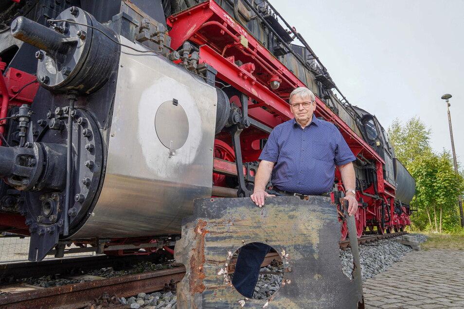 Heinrich Schleppers ist dankbar, dass die Bautzener Lok von der Firma Käppler & Pausch aus Neukirch neue Verkleidungen für die Dampfzylinder erhielt. Die alten waren durchgerostet.