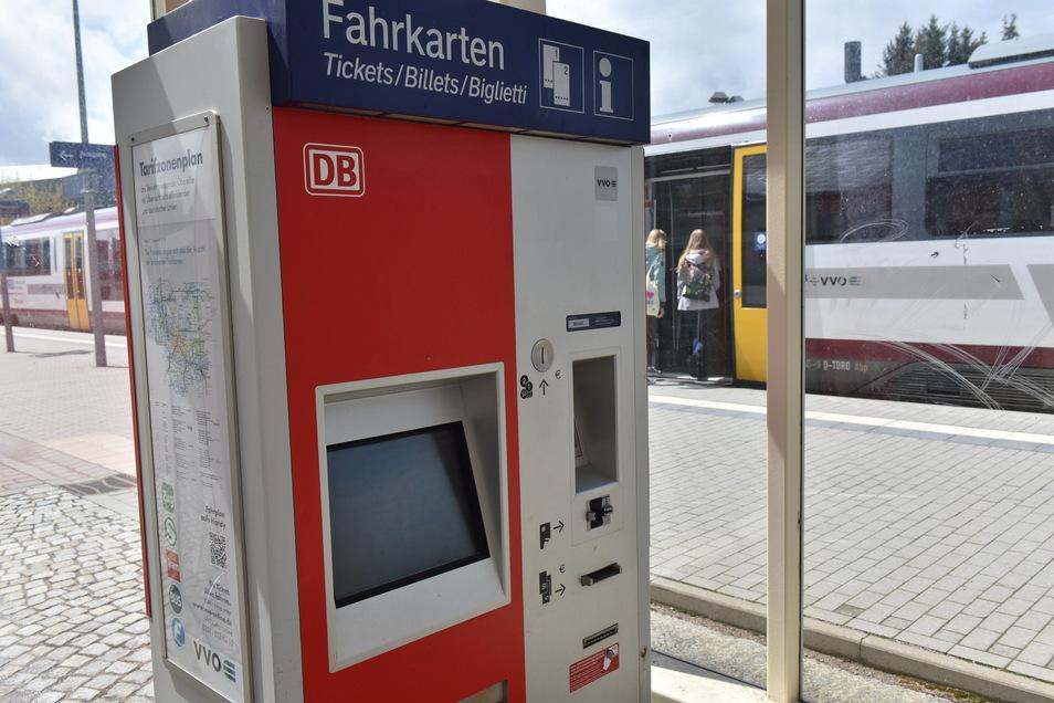 In Altenberg gibt es eine Chance auf den Ticketkauf mit EC-Karte. Aber sonst sieht es ohne Bargeld oft schlecht aus im Regionalverkehr.