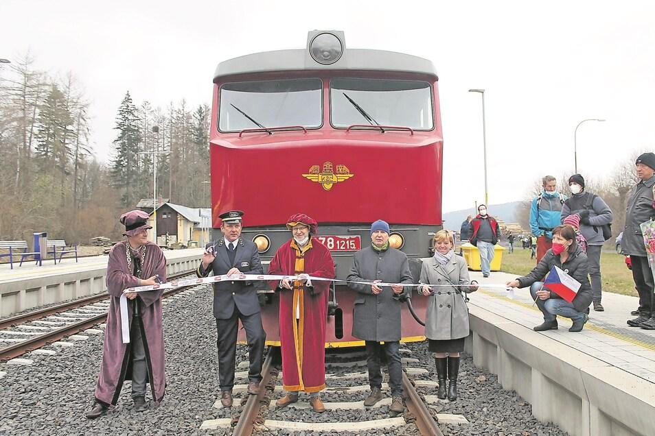 Mit dem Lausitzer Schnellzug gibt es an Wochenenden erstmals eine Direktverbindung von Mikulášovice (Nixdorf) nach Prag. Zur Jungfernfahrt gab es einen feierlichen Empfang.