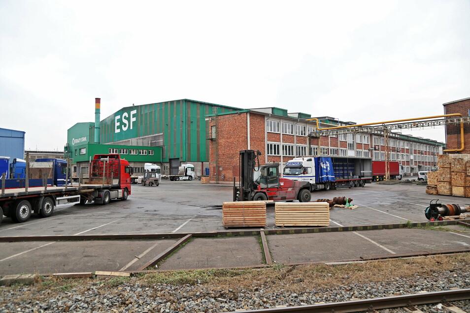 Bei Feralpi Stahl in Riesa rollen nun wieder die Lkw - die wochenlange Großreparatur ist beendet.