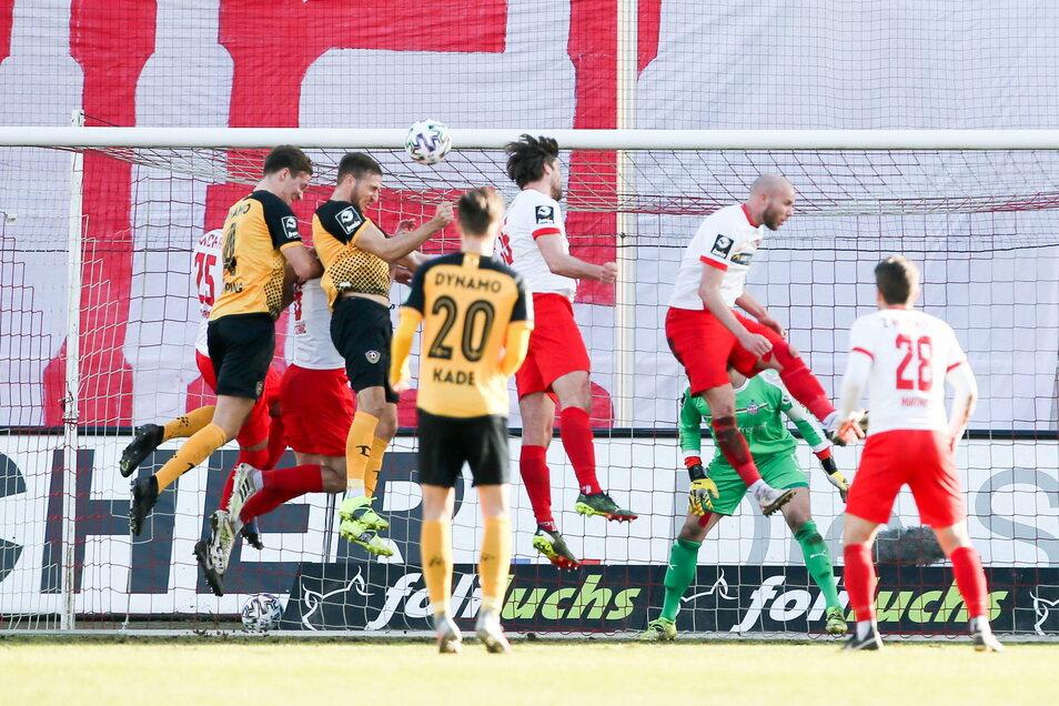 Dynamos Pascal Sohm trifft den Ball mit dem Kopf, doch der springt zuerst an den Innenpfosten. Ob er danach hinter der Linie ist, bleibt strittig.