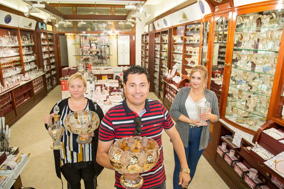 Mohammed Ahmad eröffnete in diesem Jahr in der Berliner Straße ein Geschäft für böhmisches Kristall. Damit wurde der schönste Laden in der Straße wiederbelebt.