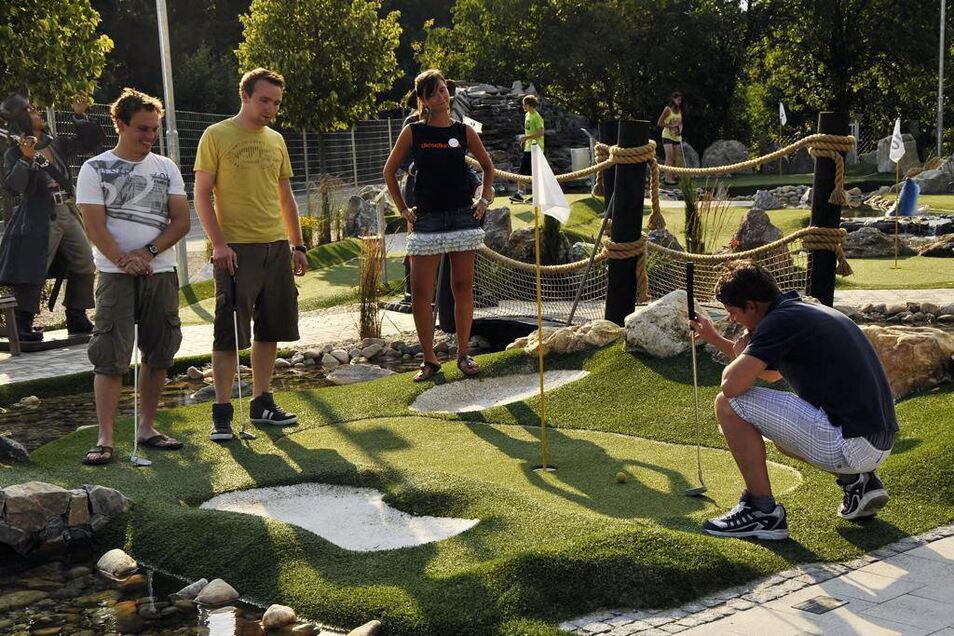 Wettkämpfe mit viel Spaß sind in Adventure-Golfanlagen möglich, wie dieses Symbolbild zeigt. Eine solche Anlage soll auf einer ungenutzten Wiese im Kötitzer Bad entstehen und sowohl von den Gästen als auch den Campern genutzt werden können. Foto: St