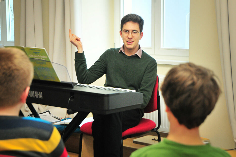 Florian Mauersberger ist übergangsweise der neue Kantor in Großenhain und probt auch mit der Kurrende.