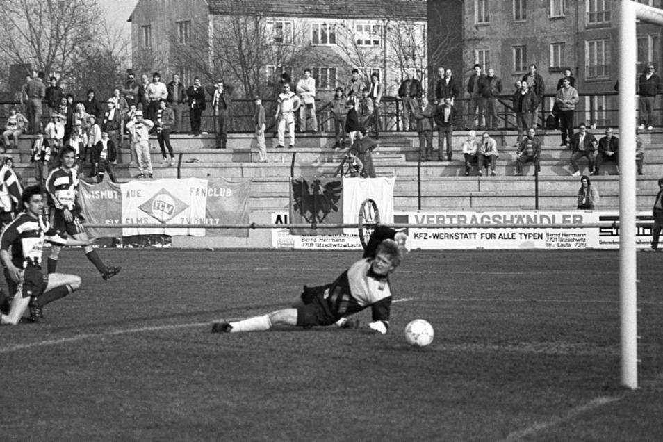 Im Pokalspiel im Erzgebirge fehlte das Glück. Wenig später, am 1. März 1992, war Aue mit Ex-Auswahltorwart Jörg Weißflog in Hoyerswerda zum Liga-Punktspiel Gast. Hoyerswerdas Stürmer Heiko Nowak überwindet hier Aues legendären Keeper.
