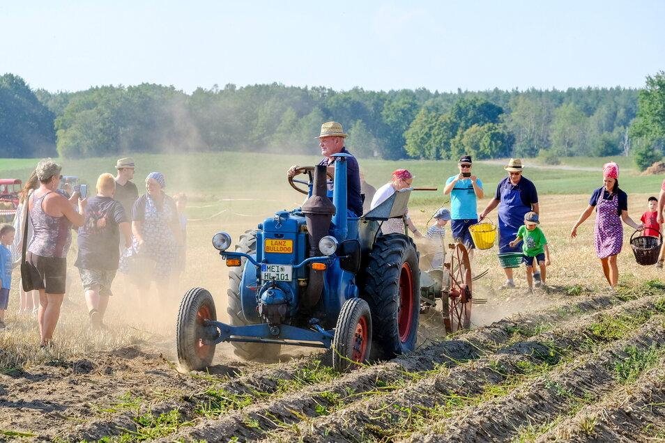 Beim Traktorentreffen 2019 zeigte Bernd Eichhorn aus Bärwalde seinem Lanz Bulldog von 1938 bei der Kartoffelernte.
