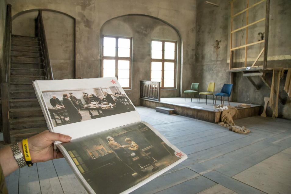 Mit Szenenfotos aus den Filmen zeigt er den Besuchern genau, wie der Ort im Film aussah - für den direkten Vergleich mit dem heutigen Zustand.