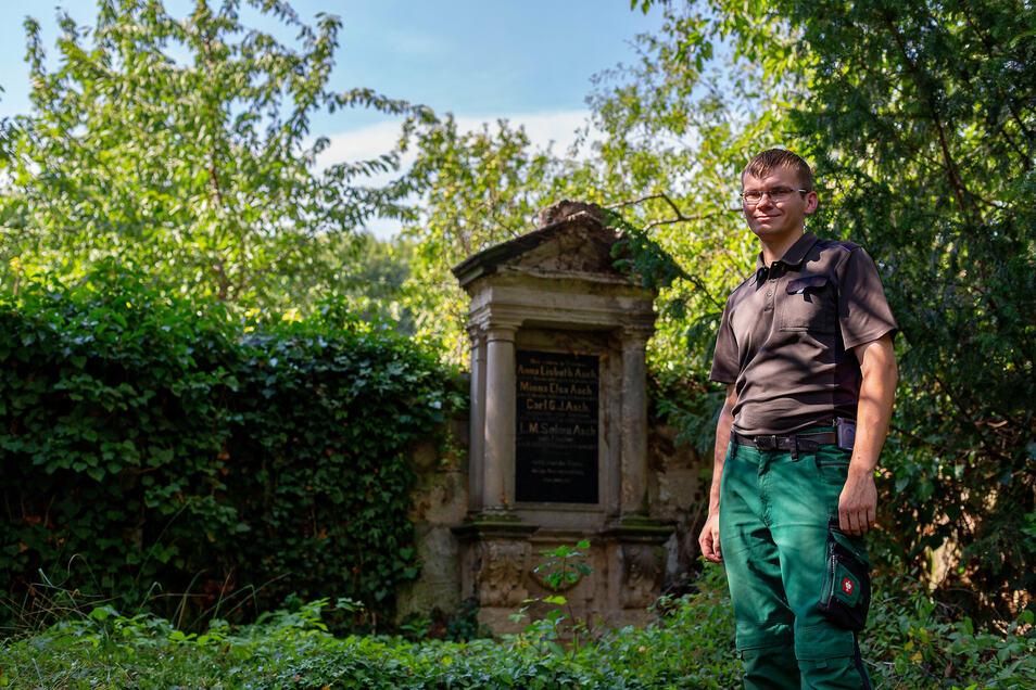 Der Possendorfer Kirchenvorsteher Peter Behrendt am ältesten Grab des 160 Jahre alten Freidhofs.
