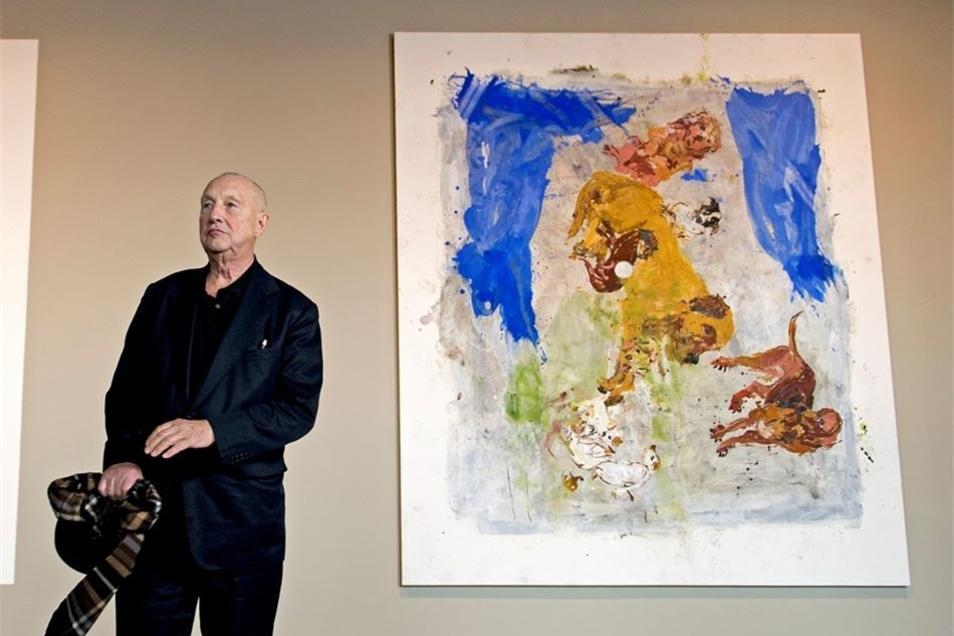 """Der Maler und Bildhauer Georg Baselitz, hier im September 2013 in seiner Ausstellung im Residenzschloss Dresden zwischen einer Reproduktion der """"Sixtinischen Madonna"""" und dem Gemälde """"Statement"""" von 1999, wird am Dienstag 80 Jahre alt."""