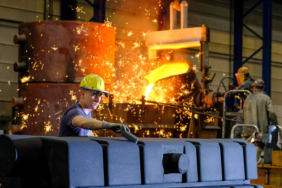 Tom Hegewald, Auszubildender zum Gießereimechaniker, bereitet in der Produktionshalle einen Sandkern vor, der später einmal einem Maschinengehäuse die Form geben wird.