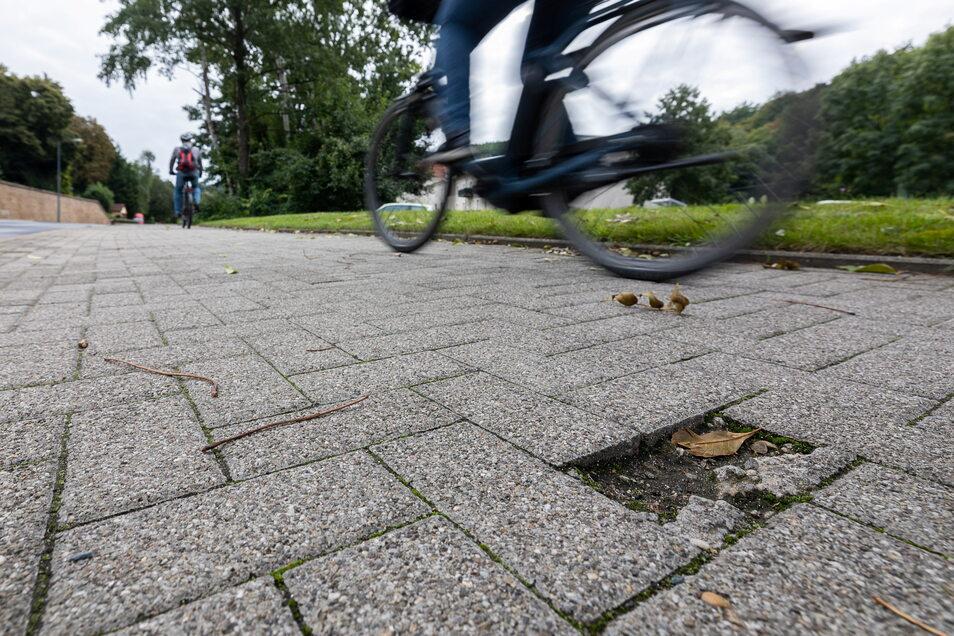 An der Stadtgrenze Freital/Dresden gibt es auf dem Radweg mehrere beschädigte Betonpflastersteine.