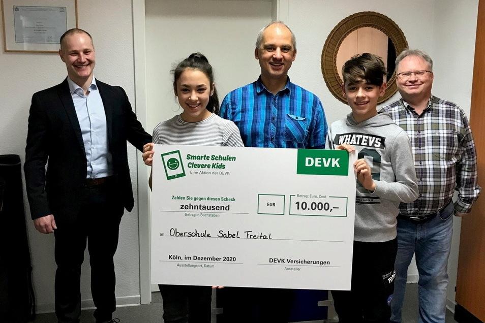 Dirk Weidensdorfer (links) von der DEVK überbrachte den Scheck über 10.000 Euro. Ronny Wetzig vom Förderverein mit seinen beiden Kindern Jessica und Justin sowie Schulleiter Uwe Meier (rechts) nahmen ihn für die Sabel Oberschule entgegen.