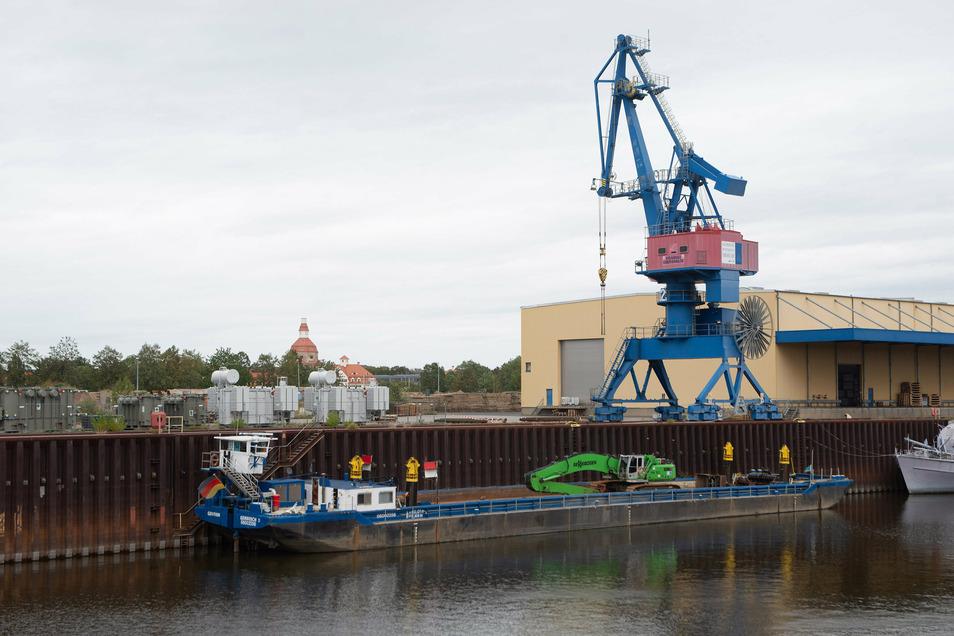 Noch liegt das Schiff Genthin im Alberthafen. Mit seinem Bagger wird es bis Anfang kommenden Jahres an der Flügelwegbrücke im Einsatz sein.