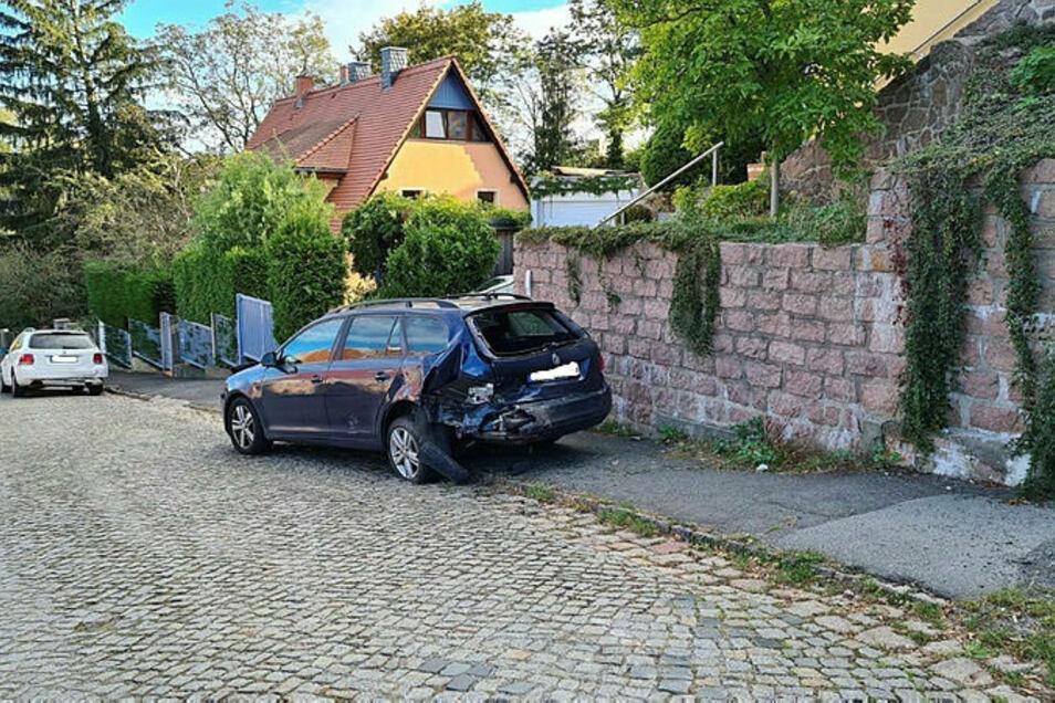 Beim VW-Kombi ist die Rückfront stark beschädigt.