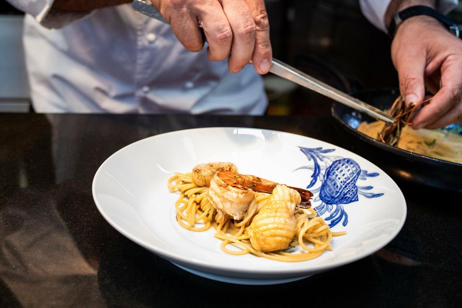Vier verschiedene Motive können gewählt werden: Hummer, Muschel auf Algen, Seepferdchen oder Fisch. Der preiswerteste Teller kostet 129 Euro. Das Angebot ist deutlich preiswerter als bei der Konkurrenz.