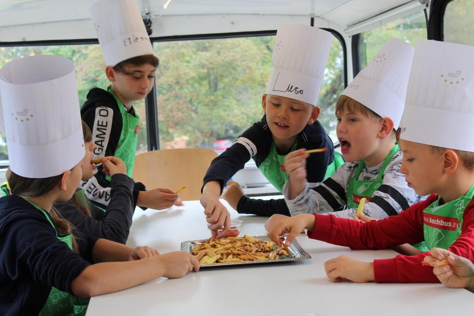 Selbstgemachte Pommes frites schmecken großartig. Das finden auch diese jungen Köche der Grundschule Nünchritz.