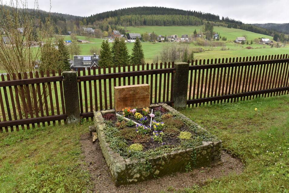 Grab in Rehefeld von Opfern des zweiten Weltkriegs wieder auf Vordermann gebracht.