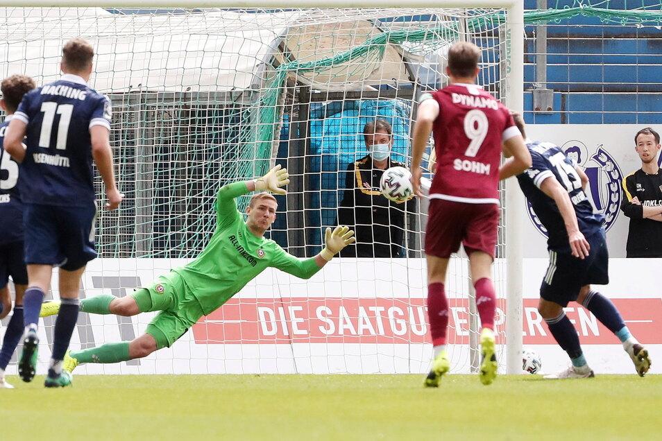 Kevin Broll streckt sich vergeblich. Christoph Greger trifft per Foulelfmeter zum 2:0 für Unterhaching.