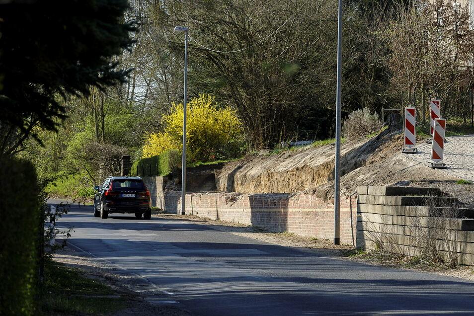 Die einsturzgefährdete alte Stützmauer auf der Friedersdorfer Straße in Biesnitz wurde zum Teil abgerissen. Doch die Straße ist noch immer unsaniert.
