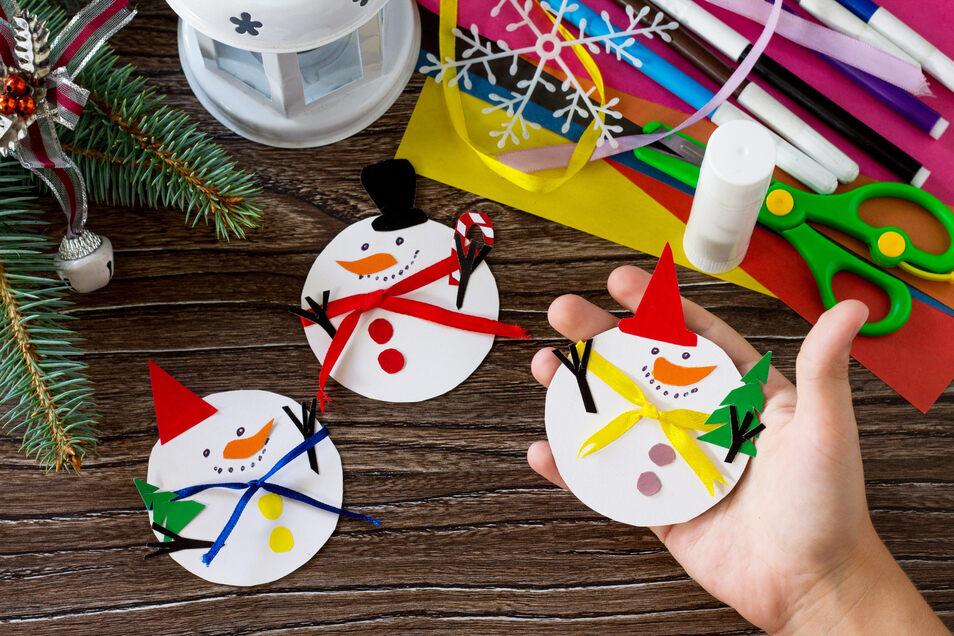 Gebastelte Schneemänner lassen sich sehr gut als Geschenkanhänger verwenden.