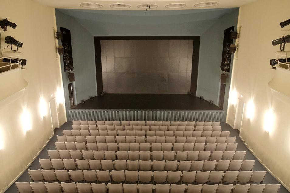 Die Brandschutzertüchtigung des Theaters Meißen wird genutzt, um den Zuschauersaal zu verschönern. Er erhält LED-Lichter statt der Neonröhren und einen neuen Fußbodenbelag.