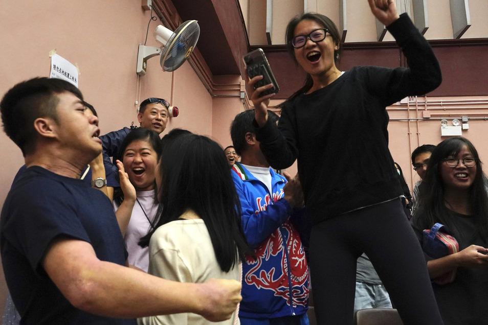 Unterstützer des demokratischen Kandidaten für die Bezirkswahl Sham freuen sich, nachdem Sham die Wahl in seinem Bezirk gewonnen hat