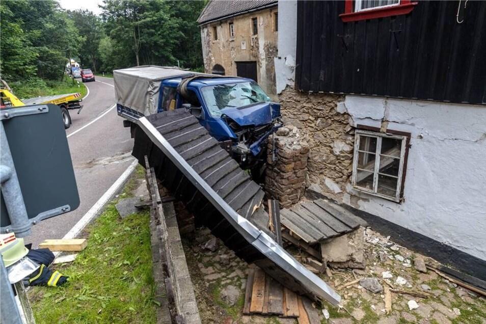 Ein Kleintransporter krachte am 17. Juli bei Bärenhecke gegen eine Hauswand. Die Glashütter Feuerwehr befreite den Fahrer aus dem Fahrzeug und sicherte die Unfallstelle ab.
