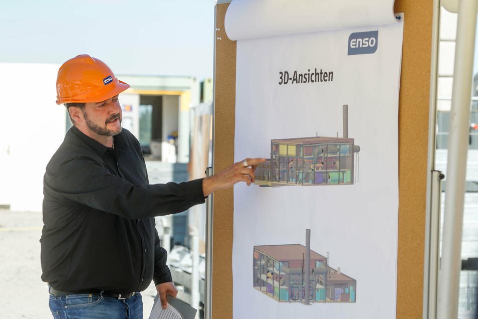 Jens Schaller, Projektleiter der Enso, zeigt an einem Plan, wie das neue Kraftwerk in Bautzen aussehen soll.