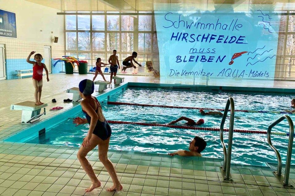 Über 360 Schwimmer haben am Sonnabend ihre Bahnen gezogen, darunter auch viele Kinder. Ihr Anliegen: Die Schwimmhalle Hirschfelde muss bleiben.