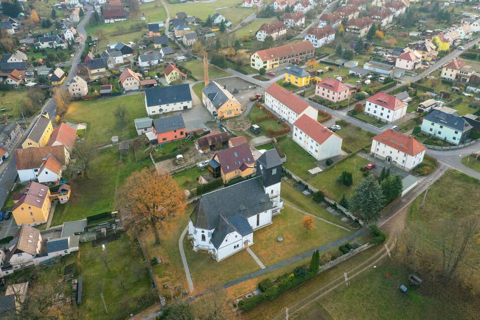 Wuchtig steht die Kirche in Höckendorf. Sie wurde in den letzten Monaten innen saniert.