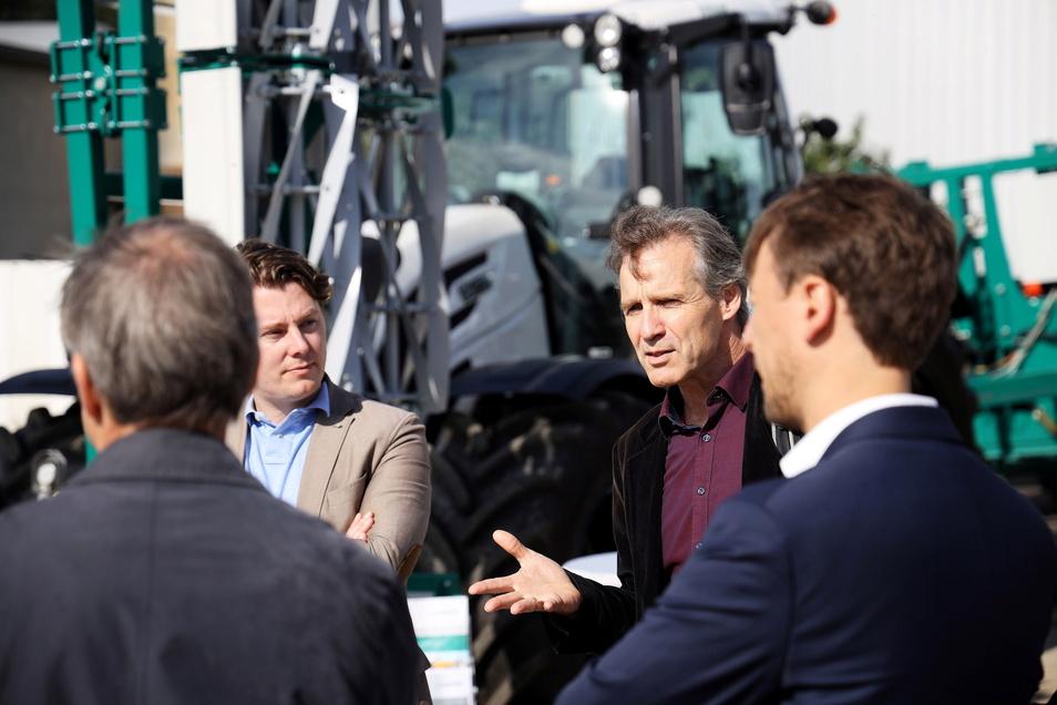 Bei Gesprächen tauschten sich Forscher, Landwirte und Vertreter aus Politik und Verwaltung über Probleme und Chancen der Digitalisierung und Vernetzung aus.