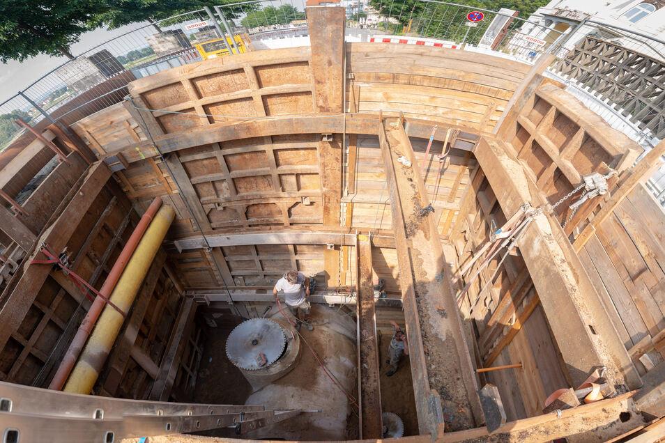 Das ist eine der Baugruben, die für die Kanalsanierung auf der Kötzschenbroder Straße nötig war.