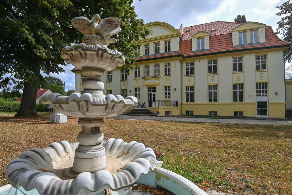 Der 1896 von der Adelsfamilie von Drewitz zwischen Schwedt und Prenzlau erbaute Neobarockbau liegt inmitten eines drei Hektar großen Parks.