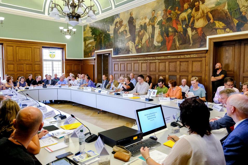 Wegen der Corona-Pandemie hat der Radebeuler Stadtrat seit Monaten nicht mehr im Ratssaal getagt. Die Räte treffen sich jetzt im Hotel Goldener Anker.