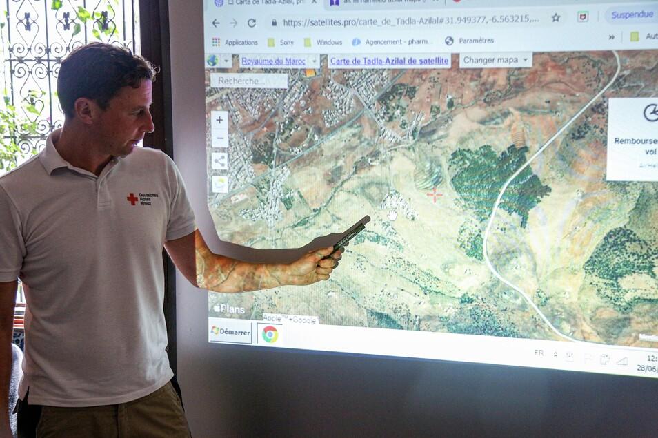 DRK-Krisenmanager Lars Werthmann zeigt an einer Übersichtskarte das Einsatzgebiet der sächsischen Ausbilder im Hohen Atlas.