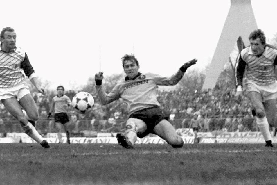 Torsten Wude (M.) spielte in den 1980er-Jahren insgesamt 25-mal für Dynamo Dresden in der DDR-Oberliga. Nun ist er im Alter von 54 Jahren gestorben.
