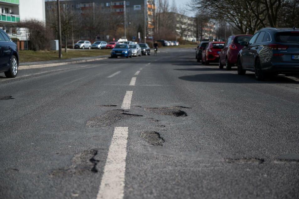 Ein Schlagloch auf der Scultetusstraße in Görlitz: Derzeit werden Schäden mit Kaltasphalt behoben.