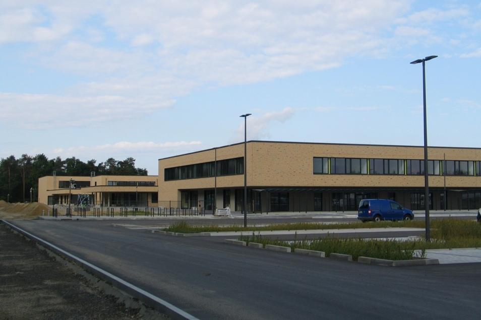 Auf der Rückseite des Schulkomplexes baut die Gemeinde Schleife jetzt auch noch einen kombinierten Rad- und Gehweg. Die Zufahrt für Fahrzeuge erfolgt über den Kreisverkehr Spremberger Straße.