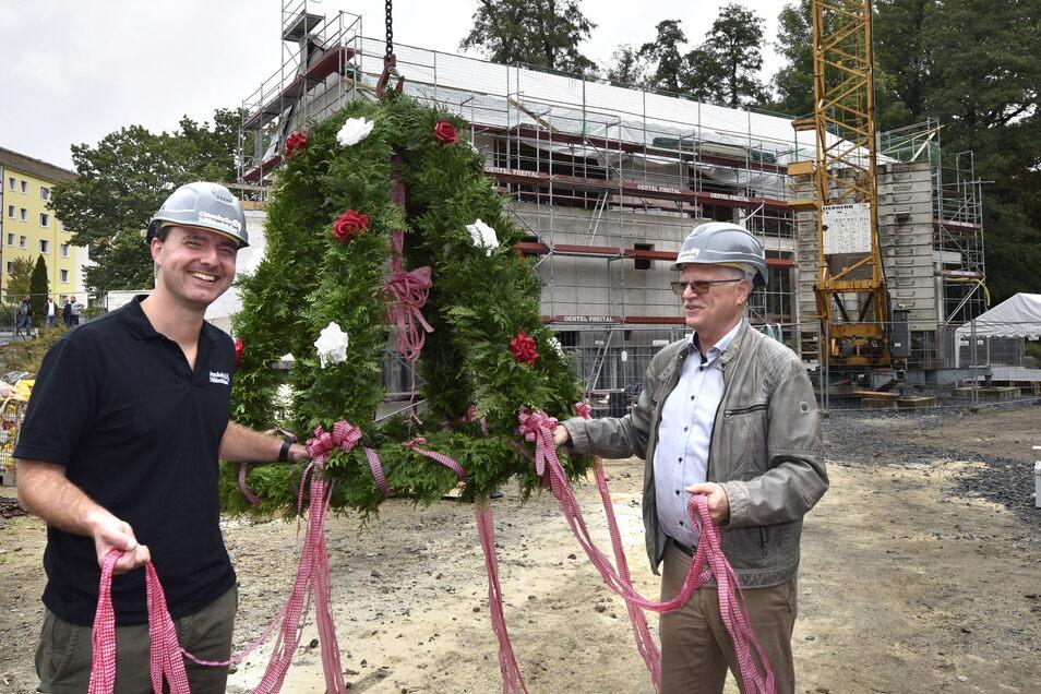 Richtfest am Mühlencafé: Die Geschäftsführer der Mühlenbäckerei, Robert Meyer (li.) und Volker Beduhn, bereiten schon einmal die Krone vor.