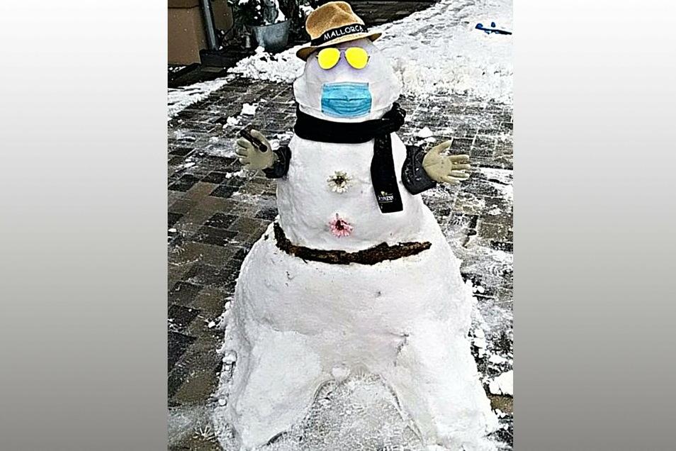 Eddie Kutzsche (6 Jahre) hat mit seiner Mutter diesen zeitgenössischen Schneemann geschaffen. Er soll die Leute fröhlich stimmen und Hoffnung geben.