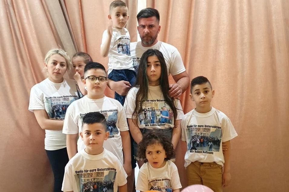"""Familie Imerlishvili eine Woche nach der Abschiebung in Tiflis. """"Danke für eure Unterstützung"""" und """"Wir haben Hoffnung"""" steht auf den T-Shirts. Katharina, die Jüngste (vorne), hat an diesem Tag Geburtstag."""