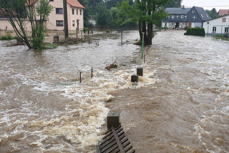 Beim Hochwasser am 17. Juli trat in Neukirch/Lausitz die Wesenitz über die Ufer, das Wasser überflutete auch Grundstücke am Dammweg.