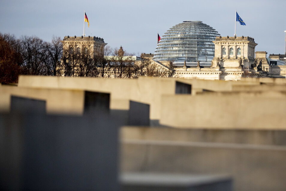 Das Reichstagsgebäude ragt hinter dem Denkmal für die ermordeten Juden Europas in Berlin-Mitte hervor.