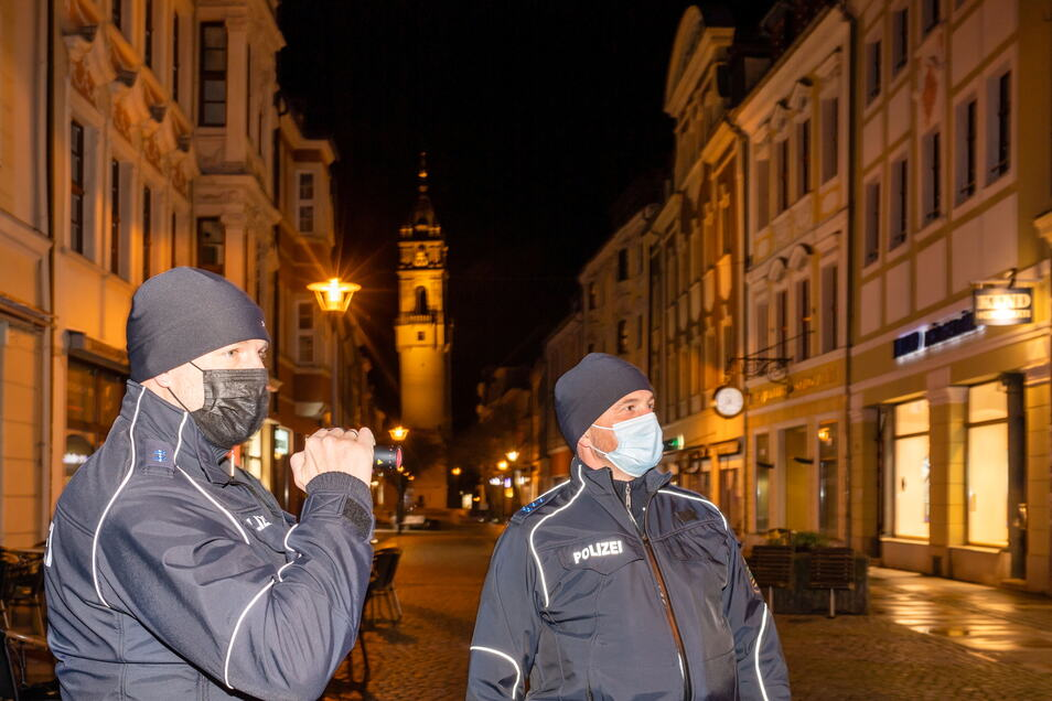 Die nächtlichen Streifendienste der beiden Beamten Marko Lane (l.) und Marko Scholz sind während des Lockdowns bedeutend ruhiger geworden. Auf der menschenleeren Reichenstraße in Bautzen wird das besonders deutlich.